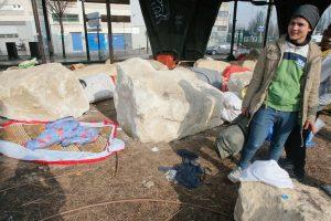 París: Rocas impiden que inmigrantes duerman bajo puente