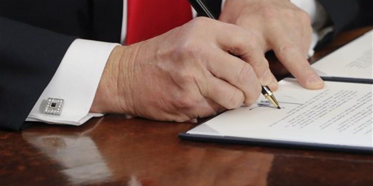 Trump pide más bolígrafos para firmar órdenes ejecutivas