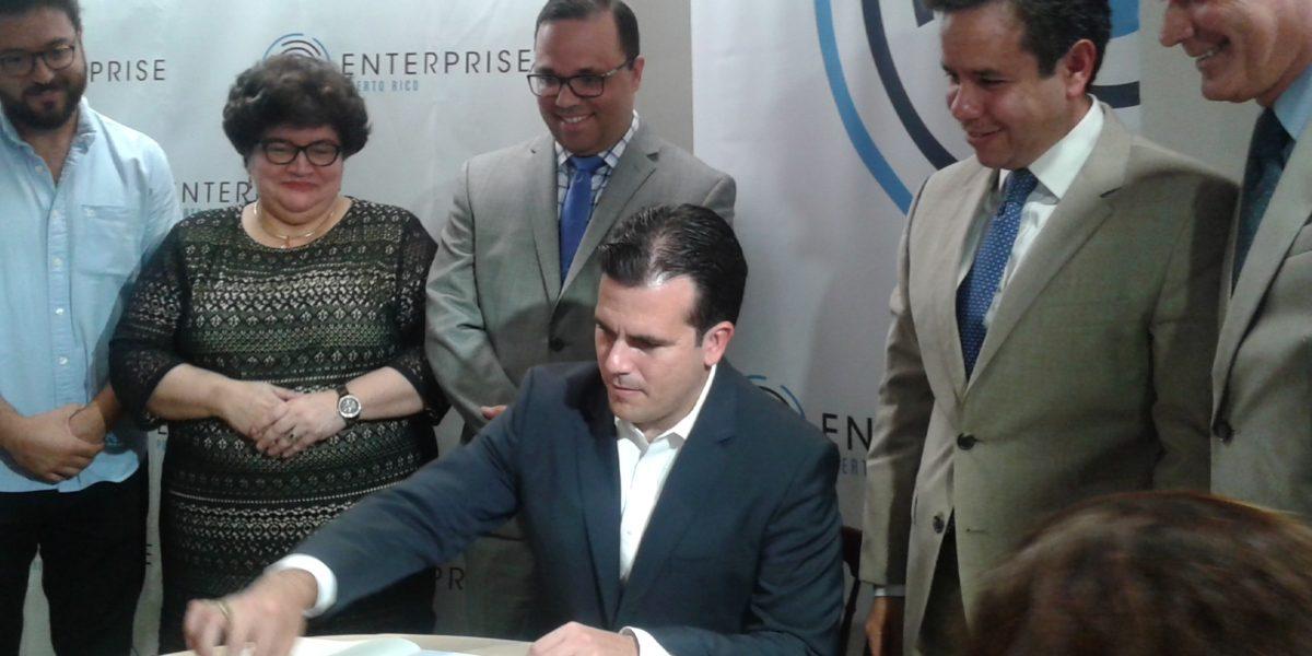 Rosselló firma ley que crea Enterprise Puerto Rico