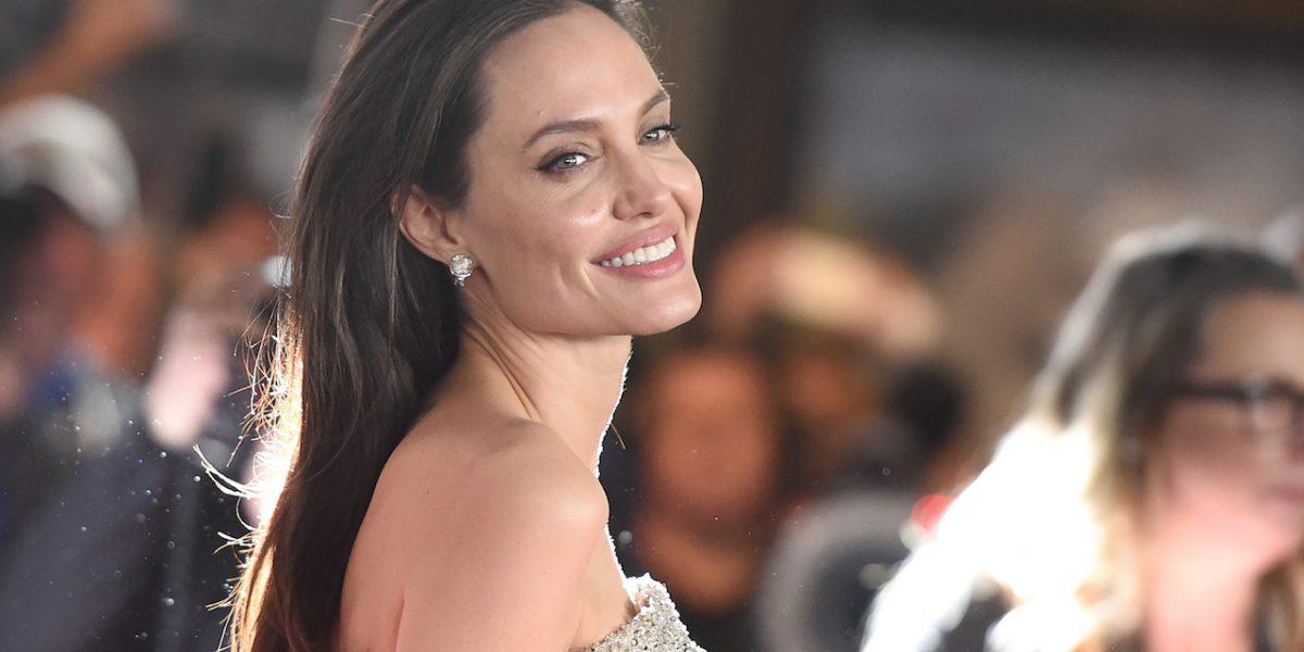 Angelina Jolie se come una tarántula durante entrevista