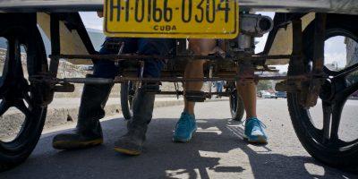 Dany Gómez (derecha) y un amigo descansan los pies después de pedalear desde su casa al Malecón en La Habana, Cuba, 20 de febrero de 2017. Un grupo de estudiantes de secundaria construyó una réplica del Ford T con pedales en lugar de motor. Compraron poco a poco e instalaron miles de tuercas, tornillos y partes de distintos autos para su creación. (AP Foto/Ramón Espinosa). Imagen Por: Dany Gómez (derecha) y un amigo descansan los pies después de pedalear desde su casa al Malecón en La Habana, Cuba, 20 de febrero de 2017. Un grupo de estudiantes de secundaria construyó una réplica del Ford T con pedales en lugar de motor. Compraron poco a poco e instalaron miles de tuercas, tornillos y partes de distintos autos para su creación. (AP Foto/Ramón Espinosa)