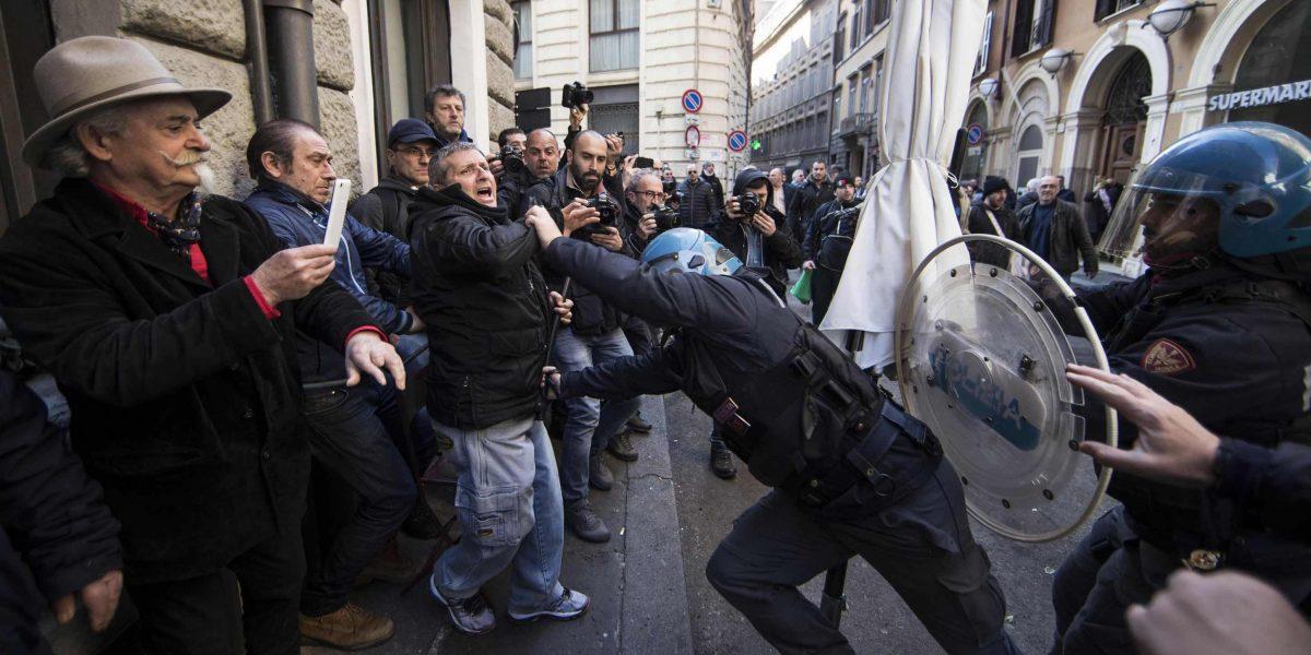 Taxistas italianos en huelga para protestar contra Uber