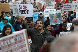 La gente participa en una protesta el 20 de febrero de 2017, en Portland, Oregon. Miles de manifestantes salieron el lunes a protestar a través de los Estados Unidos para desafiar al presidente Donald Trump precisamente en el Día de los Presidentes. (Dave Killen / The Oregonian vía AP). Imagen Por: La gente participa en una protesta el 20 de febrero de 2017, en Portland, Oregon. Miles de manifestantes salieron el lunes a protestar a través de los Estados Unidos para desafiar al presidente Donald Trump precisamente en el Día de los Presidentes. (Dave Killen / The Oregonian vía AP)