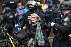 Una mujer es detenida durante la protesta en Portland, Oregón. (Dave Killen / The Oregonian vía AP). Imagen Por: Una mujer es detenida durante la protesta en Portland, Oregón. (Dave Killen / The Oregonian vía AP)