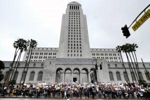 Manifestantes de pie en los escalones del Palacio Municipal de Los Ángeles, el lunes 20 de febrero de 2017. (Foto AP / Richard Vogel). Imagen Por: Manifestantes de pie en los escalones del Palacio Municipal de Los Ángeles, el lunes 20 de febrero de 2017. (Foto AP / Richard Vogel)