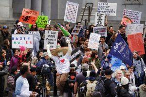 Manifestantes frente al Palacio Municipal de Los Ángeles, el lunes 20 de febrero de 2017. (Foto AP / Richard Vogel)