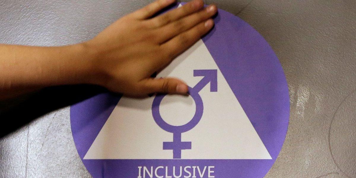 Trump anula directriz sobre baños para transexuales