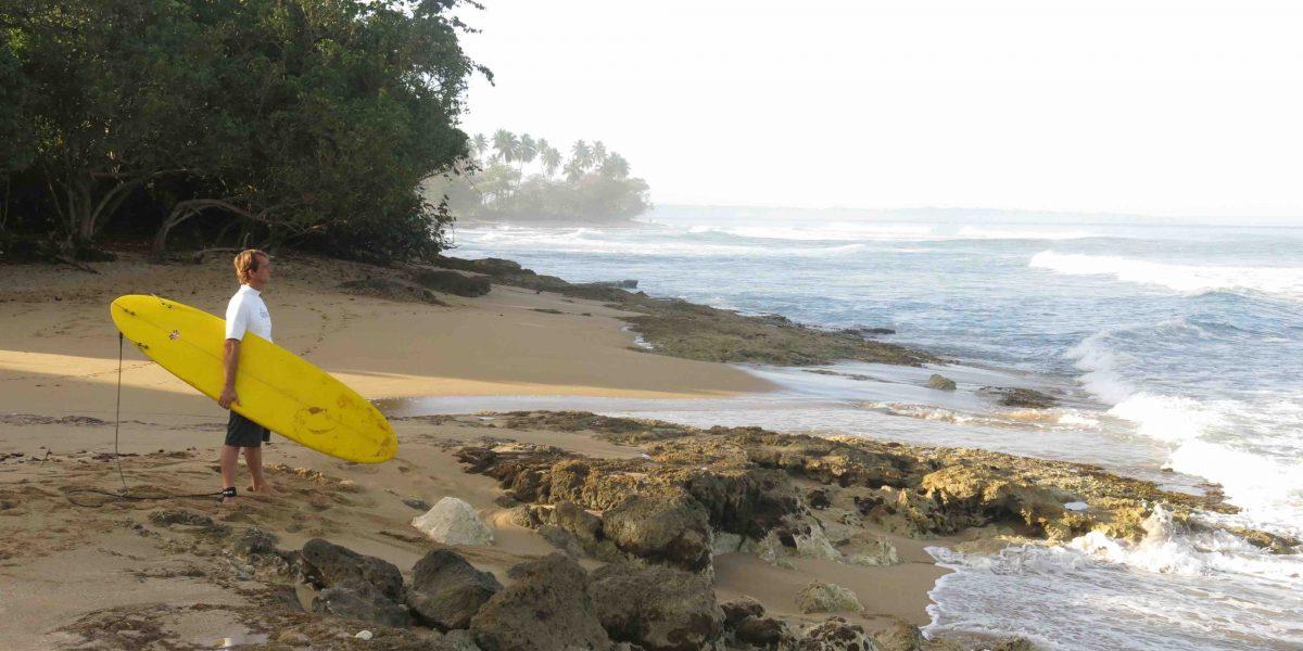 Surfers temen fin de su santuario en Aguadilla