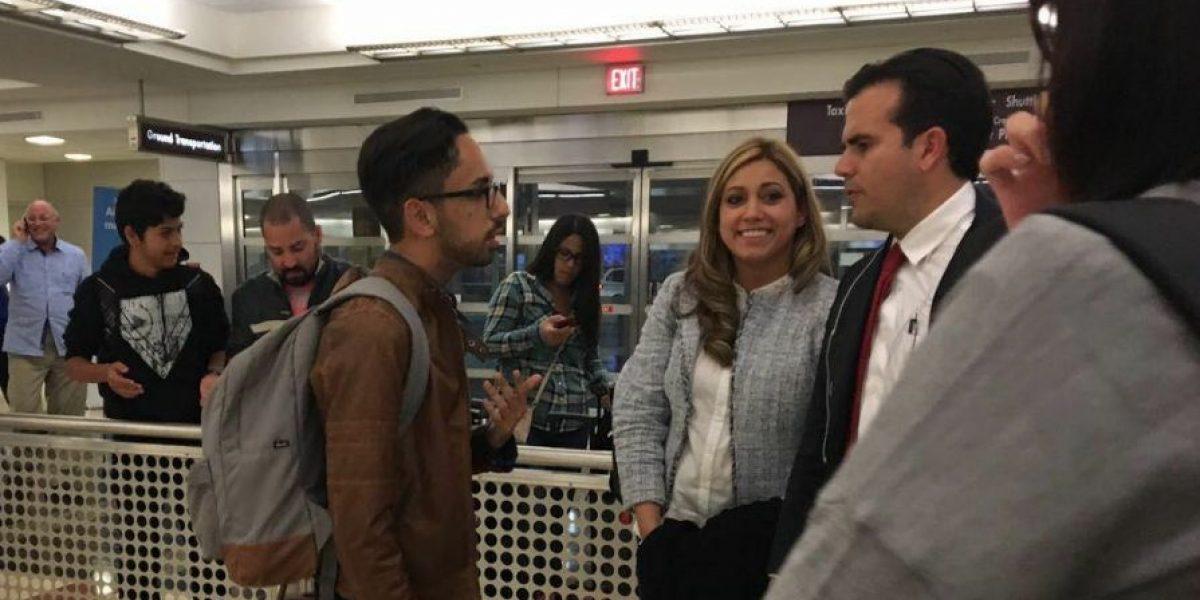 Viral imagen de joven estudiante dialogando con Rosselló en pleno aeropuerto