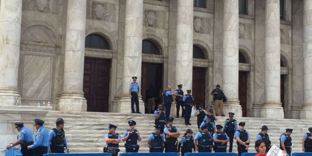 Llegan más policías a protesta UPR