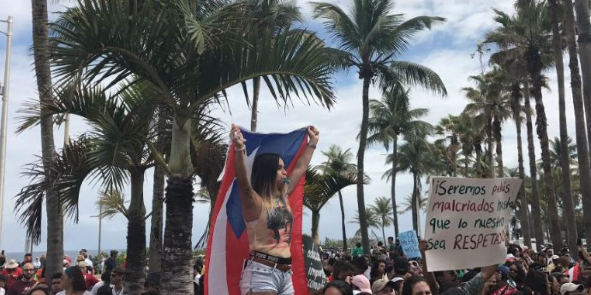 Se lucen estudiantes bailando y cantando en medio de protesta UPR