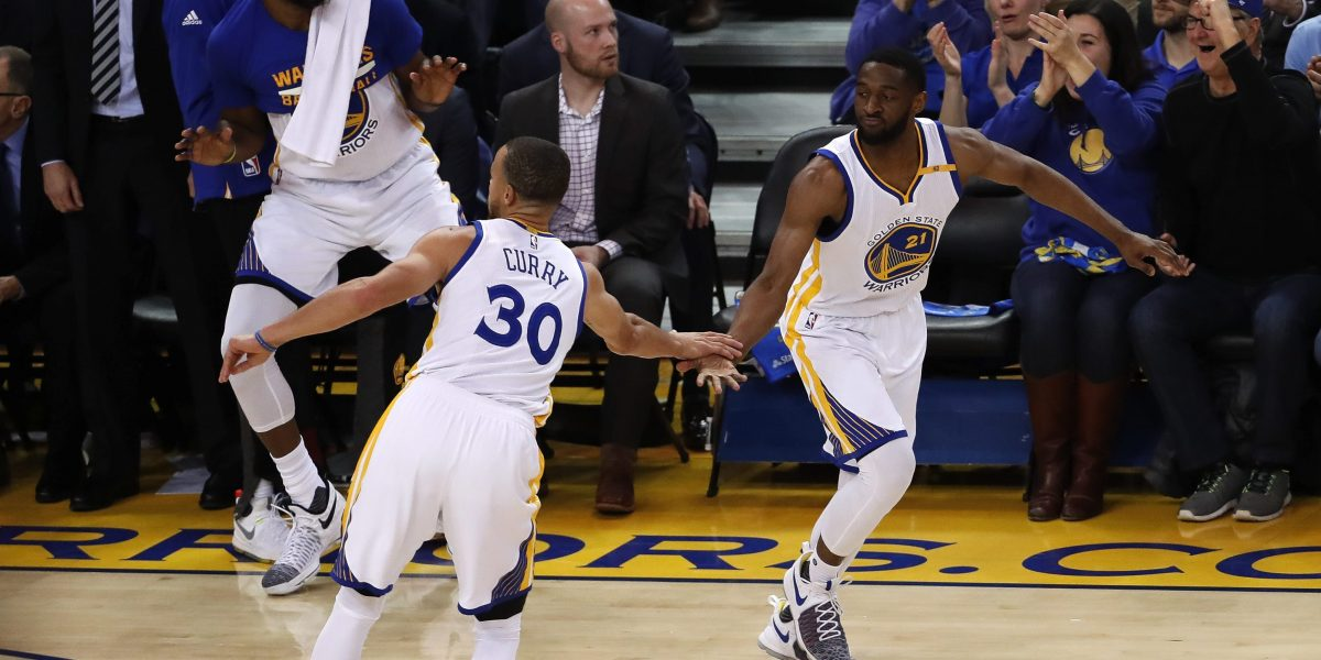 Curry brilla como MVP y los Warriors barren a Clippers