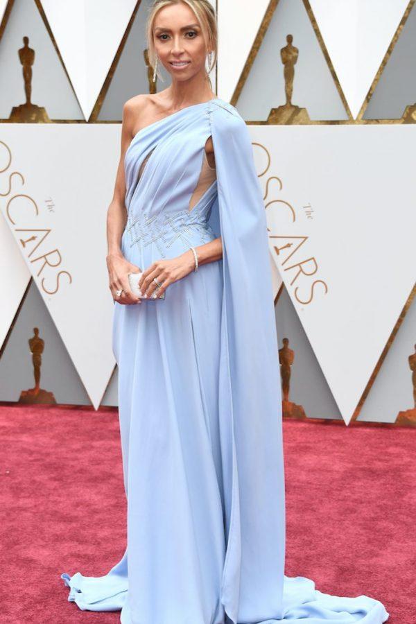"""Giuliana Rancic parece una de las musas de """"Hércules"""" de Disney, pero en el piloto de la película. Mucho vestido para una figura tan pequeña."""