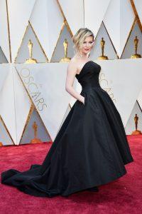 A Kirsten Dunst le hubiera lucido un styling con stilettos contrastantes.
