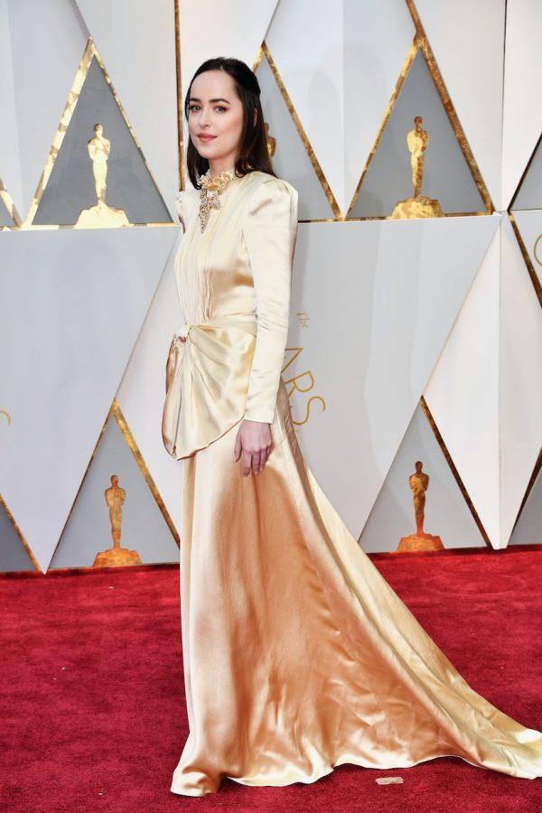 A Dakota Johnson le cortamos la cabeza y queda perfecta, porque lo que salva ese peinado tan horrible es el vestido.
