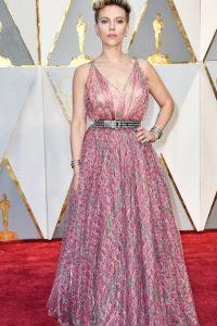 No, Scarlett, no es lo mejor que te hemos visto. Pareces de fiesta de veraneo en algún resort.
