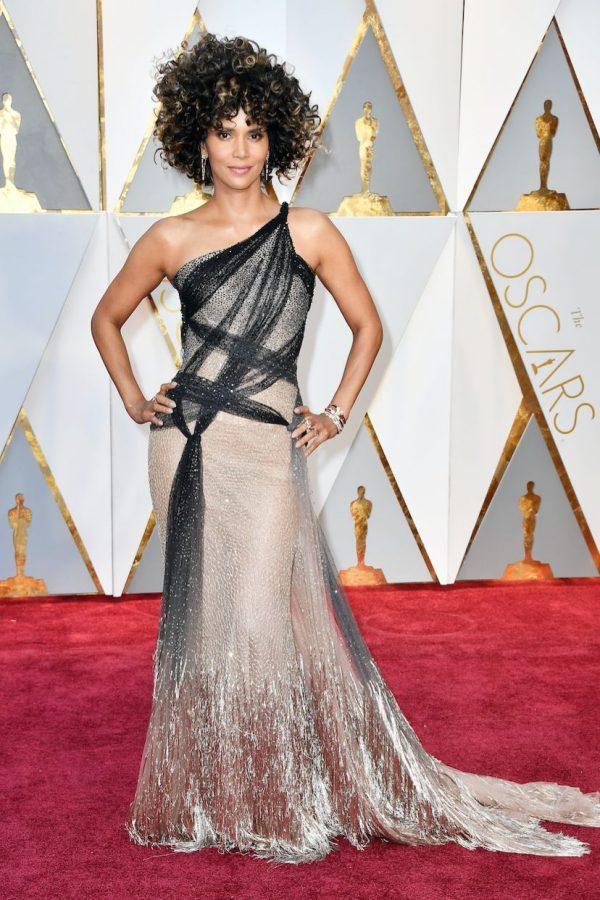 Halle, el vestido es hermoso. El pelo no tanto. El afro es genial y original, pero ese vestido merecía algo distinto.