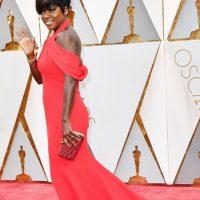 Viola Davis, la única de rojo que se ve impactante.
