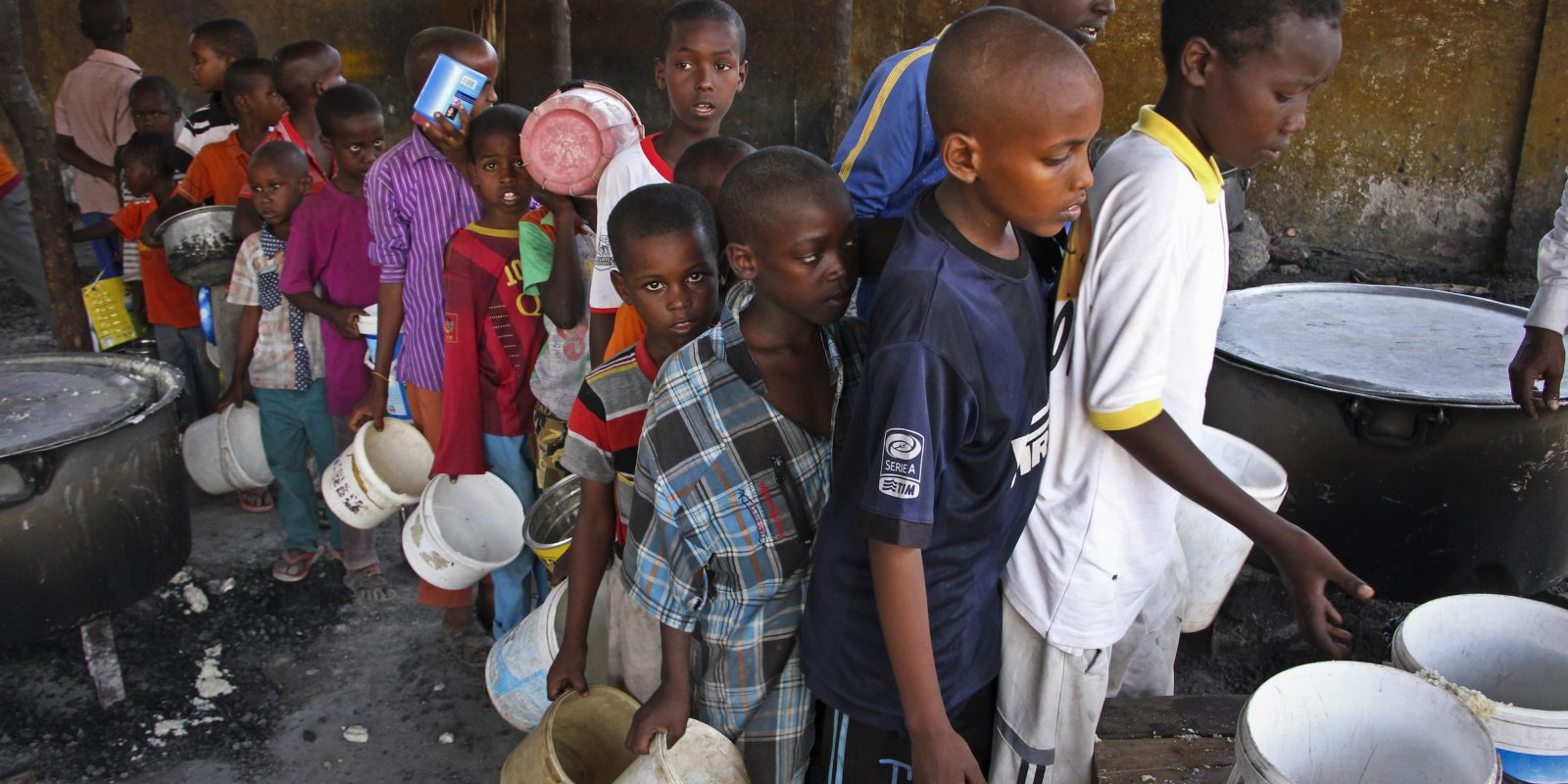 © Copyright 2017 The Associated Press. All rights reserved.. Imagen Por: Niños somalíes que huyeron de la sequía en el sur de Somalia, se colocan en una cola para recibir alimentos en un centro de alimentación en un campamento en Mogadiscio, Somalia. / AP