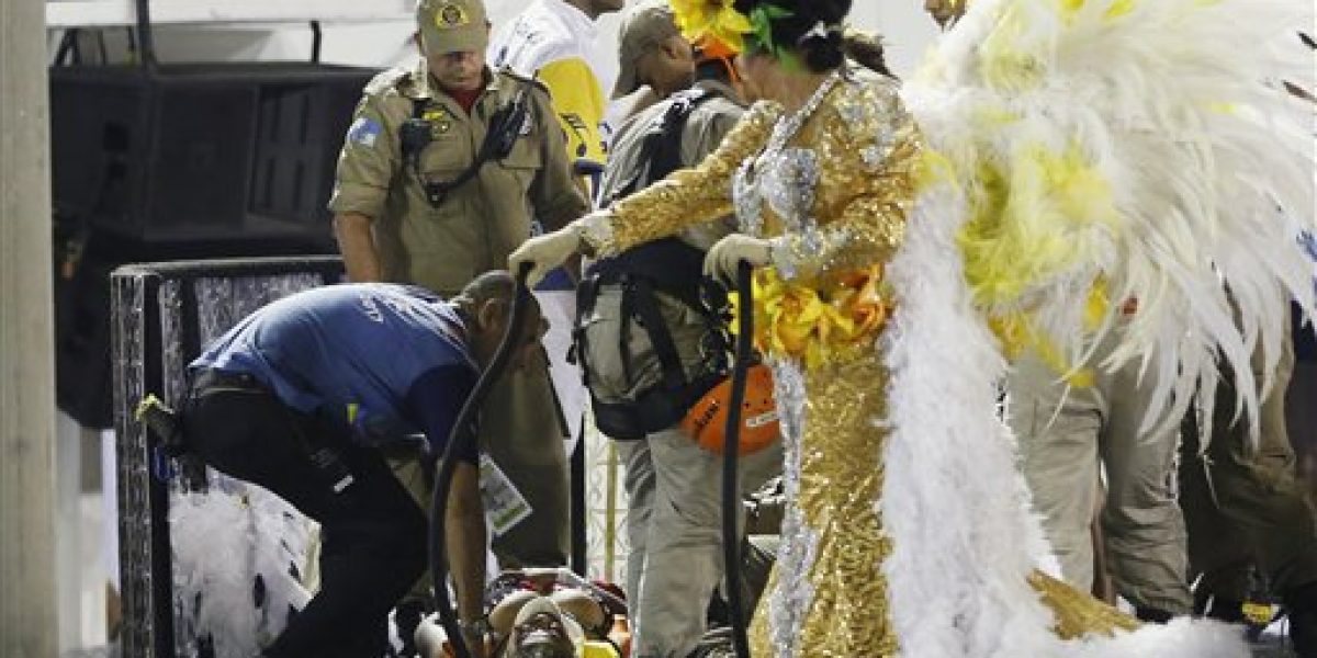 Dos heridos graves tras colapsar carroza del Carnaval de Río