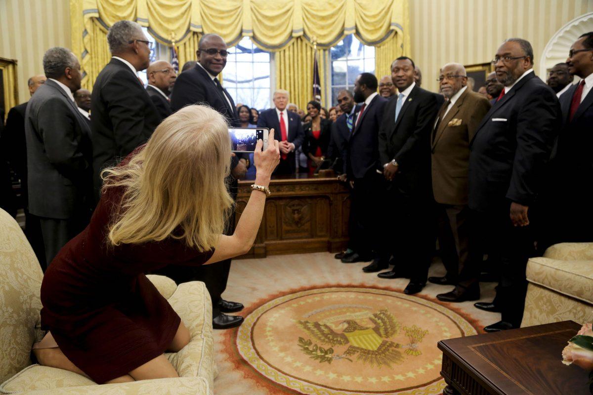 © 2017 Getty Images. Imagen Por: Kellyanne Conway, trepada sobre uno de los muebles de la Oficina Ovan en Casa Blanca. / Getty Images