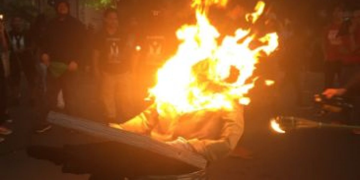 Prenden fuego en protesta al mensaje Rosselló