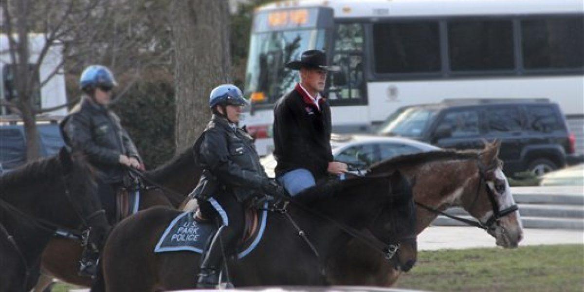 Secretario de gabinete de Trump llega a trabajar en caballo