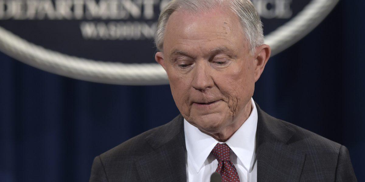 Sessions se echa a un lado de investigación sobre Rusia