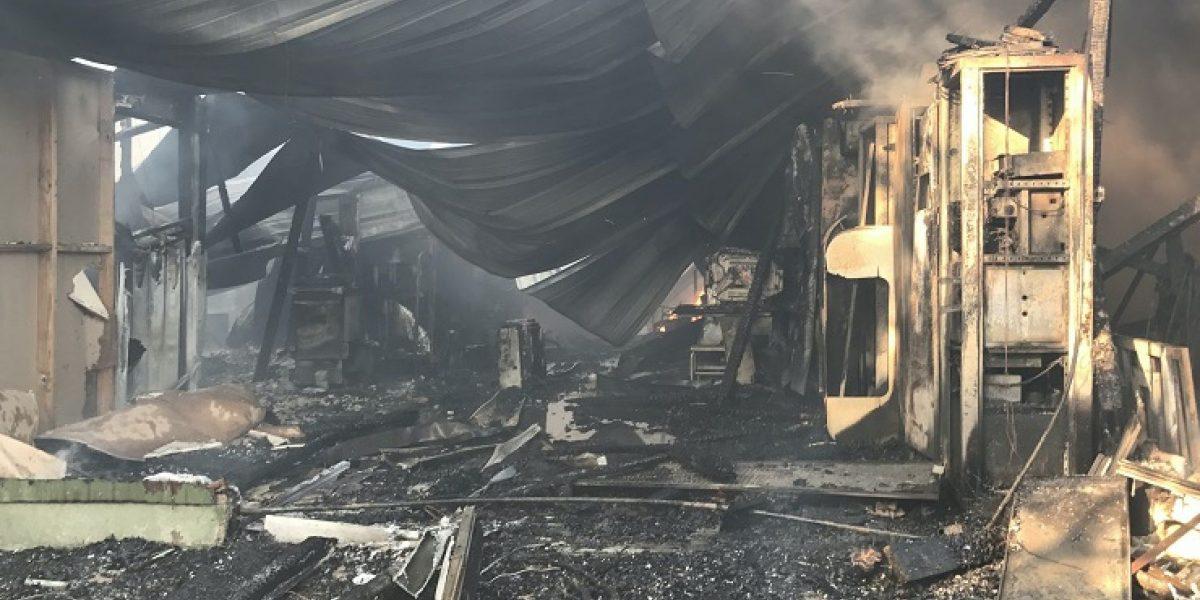 Fuego consume almacén en Ponce