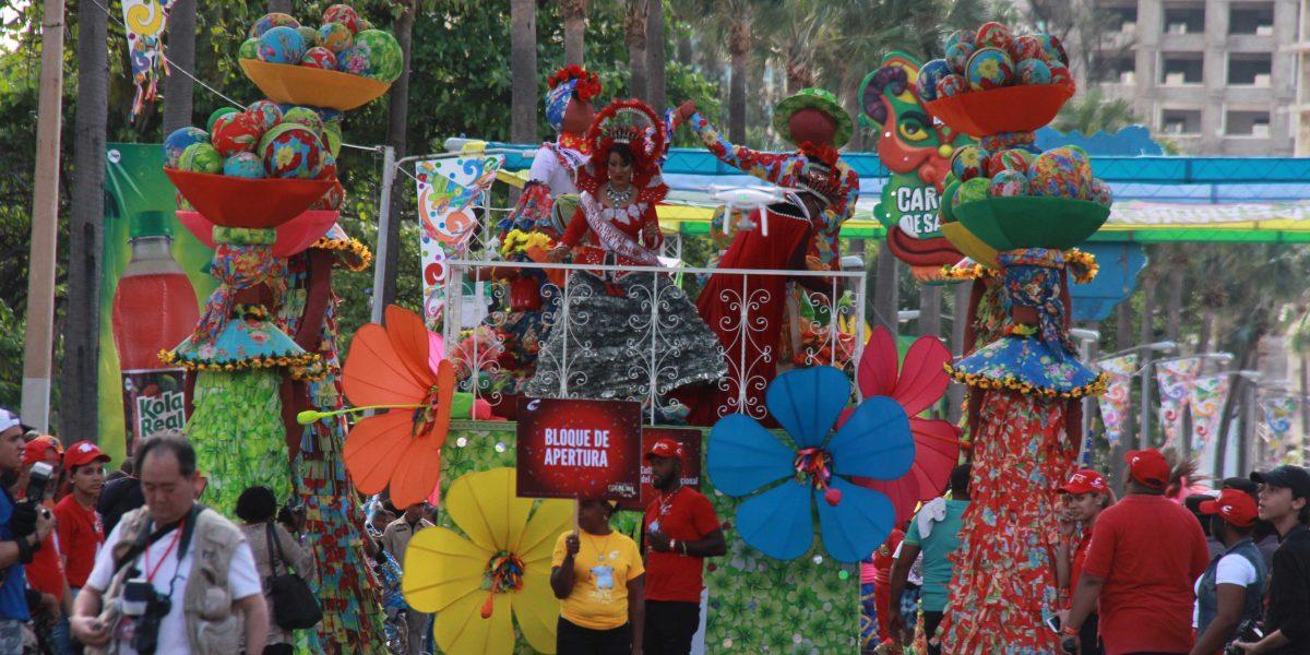 Miles disfrutan del Desfile Nacional del Carnaval en Santo Domingo