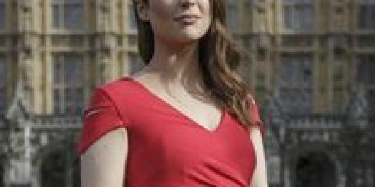 Legisladores británicos debaten uso obligatorio de tacones