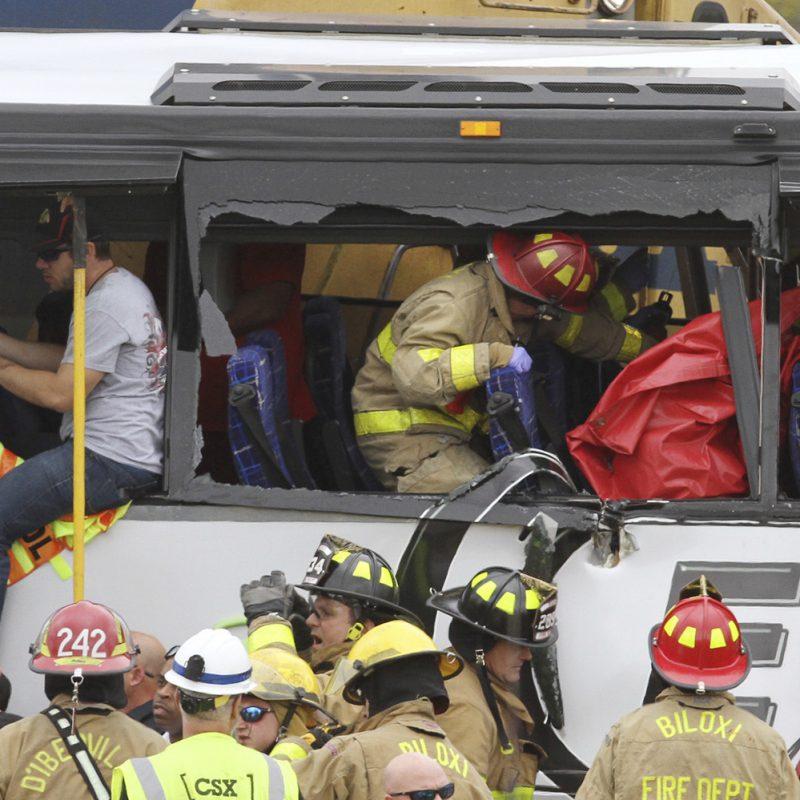 Los bomberos de Biloxi ayudan a los pasajeros heridos después de que su autobús chocó con un tren en Biloxi, Maryland. El portavoz de la ciudad de Biloxi, Vincent Creel, dijo que los socorristas todavía retiraban a las personas heridas del autobús más de 30 minutos después del accidente. (John Fitzhugh / Sun Herald vía AP). Imagen Por: Los bomberos de Biloxi ayudan a los pasajeros heridos después de que su autobús chocó con un tren en Biloxi, Maryland. El portavoz de la ciudad de Biloxi, Vincent Creel, dijo que los socorristas todavía retiraban a las personas heridas del autobús más de 30 minutos después del accidente. (John Fitzhugh / Sun Herald vía AP)