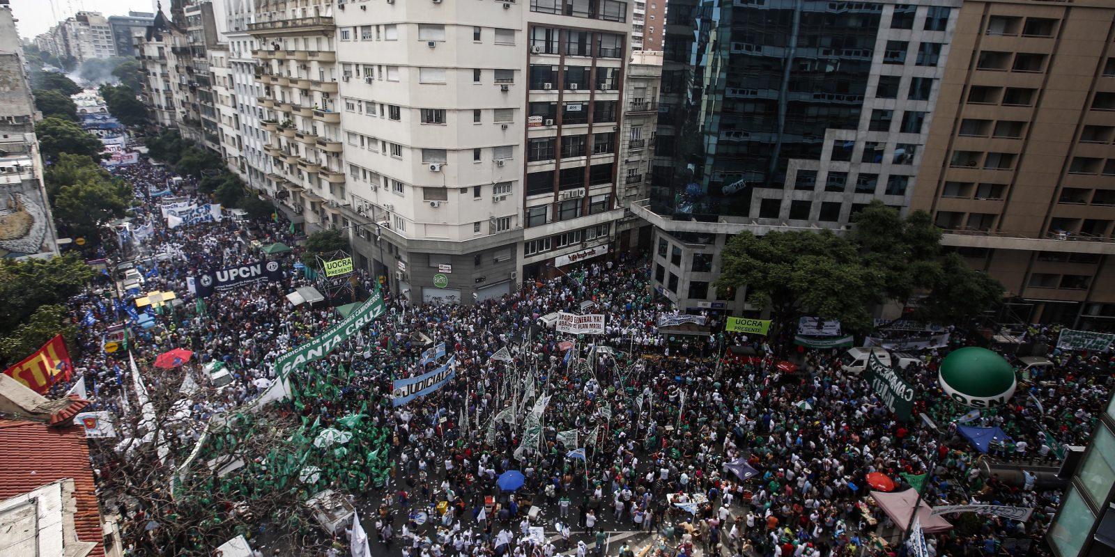 © www.agustinmarcarian.com. Imagen Por: Miles de personas marchan durante una protesta en Buenos Aires. / Foto: AP
