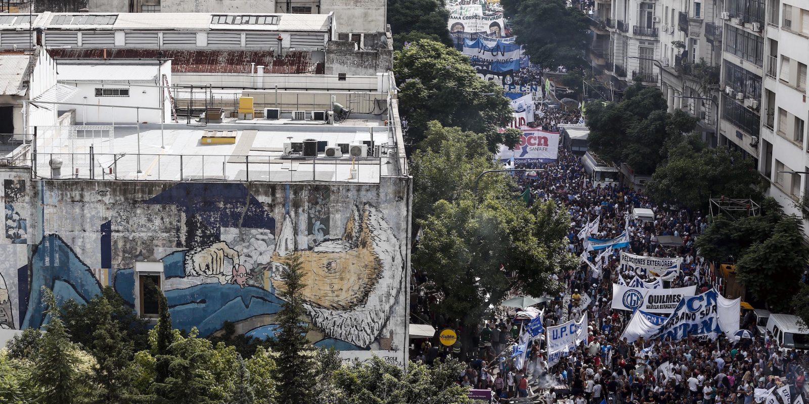 © www.agustinmarcarian.com. Imagen Por: Miles de personas marchan durante una protesta en Buenos Aires. La principal central de trabajadores convocó a la gente a salir las calles de la capital para protestar contra el cierre de fábricas y despidos que le atribuyen a la reapertura de la economía impulsada por el presidente Mauricio Macri. / Foto: AP