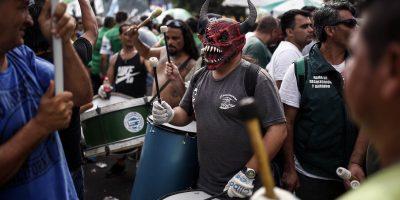 © www.agustinmarcarian.com. Imagen Por: Manifestantes tocan tambores durante una protesta en Buenos Aires, hoy martes, 7 de marzo de 2017. (AP Foto/Agustín Marcarian)