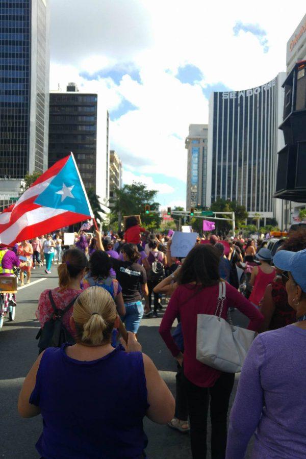 Decenas de mujeres marcharon hoy a lo largo de la Milla de Oro en Hato Rey, en conmemoración del Día Internacional de la Mujer, así como para exigir trato igual y un cese y desista de las expresiones machistas que a diario se ven y escuchan en Puerto Rico. / Foto: Gilberto David Vázquez Gomez. Imagen Por: Decenas de mujeres marcharon hoy a lo largo de la Milla de Oro en Hato Rey, en conmemoración del Día Internacional de la Mujer, así como para exigir trato igual y un cese y desista de las expresiones machistas que a diario se ven y escuchan en Puerto Rico. / Foto: Gilberto David Vázquez Gomez