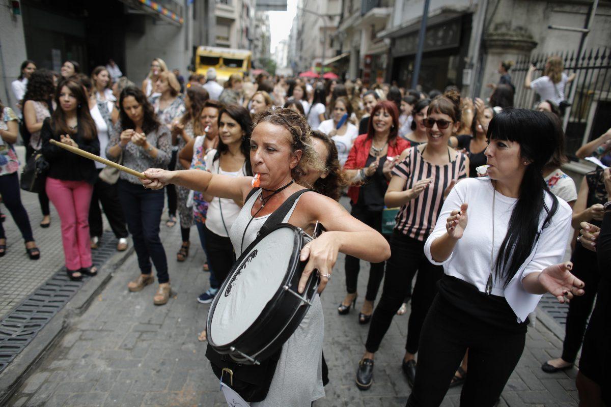 Una mujer toca un tambor durante una huelga en Buenos Aires. Argentina registró 290 feminicidios en 2016, la cifra más alta de los últimos tres años. / Foto: AP. Imagen Por: Una mujer toca un tambor durante una huelga en Buenos Aires. Argentina registró 290 feminicidios en 2016, la cifra más alta de los últimos tres años. / Foto: AP