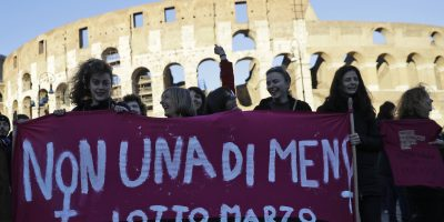 © Copyright 2017 The Associated Press. All rights reserved.. Imagen Por: Mujeres marcharon frente al Coliseo romano en Italia durante una manifestación exigiendo la igualdad de derechos para mujeres y hombres. / Foto: AP
