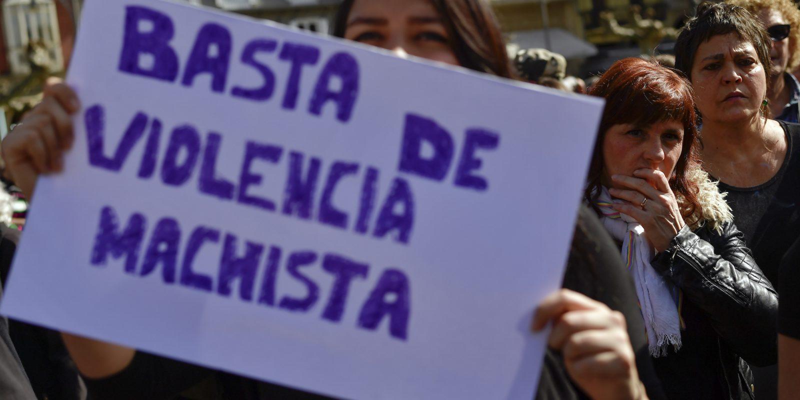 © Copyright 2017 The Associated Press. All rights reserved.. Imagen Por: Una mujer sostiene un letrero que pide que se detenga la violencia de parte de hombres a las mujeres, durante una protesta en Pamplona, norte de España. / Foto: AP