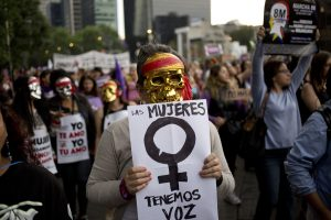 © Copyright 2017 The Associated Press. All rights reserved.. Imagen Por: Una mujer enmascarada lleva una pancarta que dice