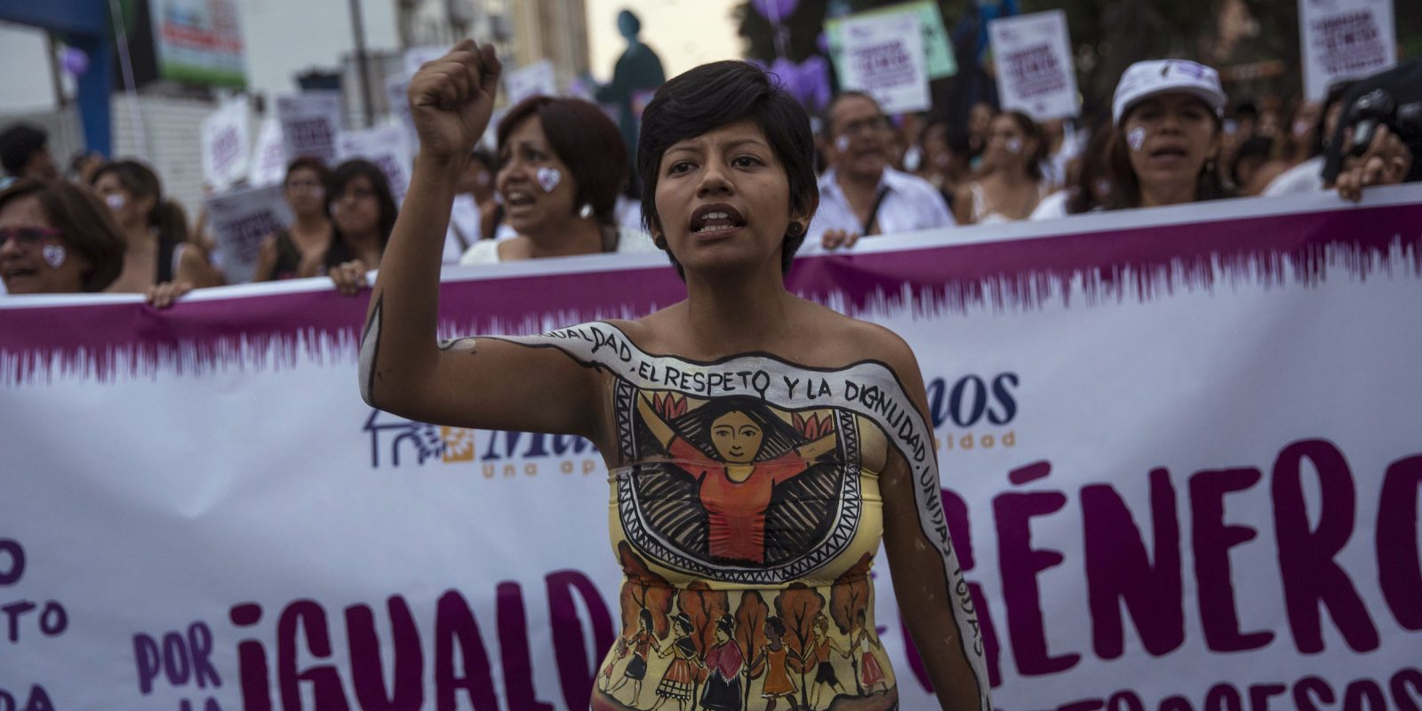 © Copyright 2017 The Associated Press. All rights reserved.. Imagen Por: Una mujer lidera una marcha del Día Internacional de la Mujer en Lima, Perú. / Foto: AP
