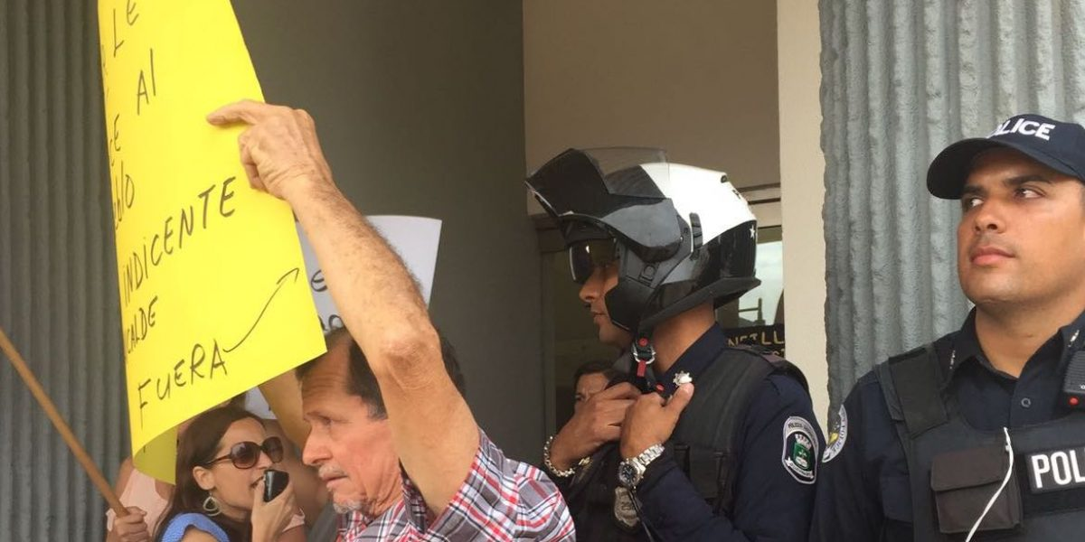 Manifestantes irrumpen en la alcaldía de Guaynabo