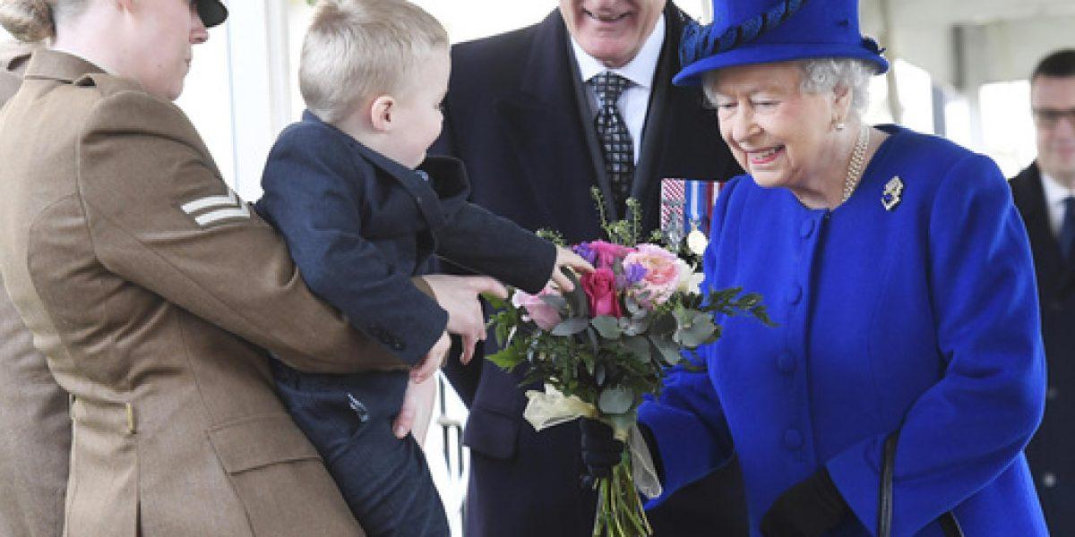 Niño hace rabieta ante la reina Isabel II
