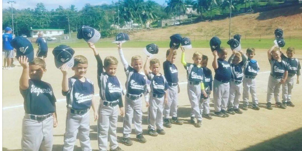 Mini peloteros imitan a jugadores boricuas que se tiñen el pelo