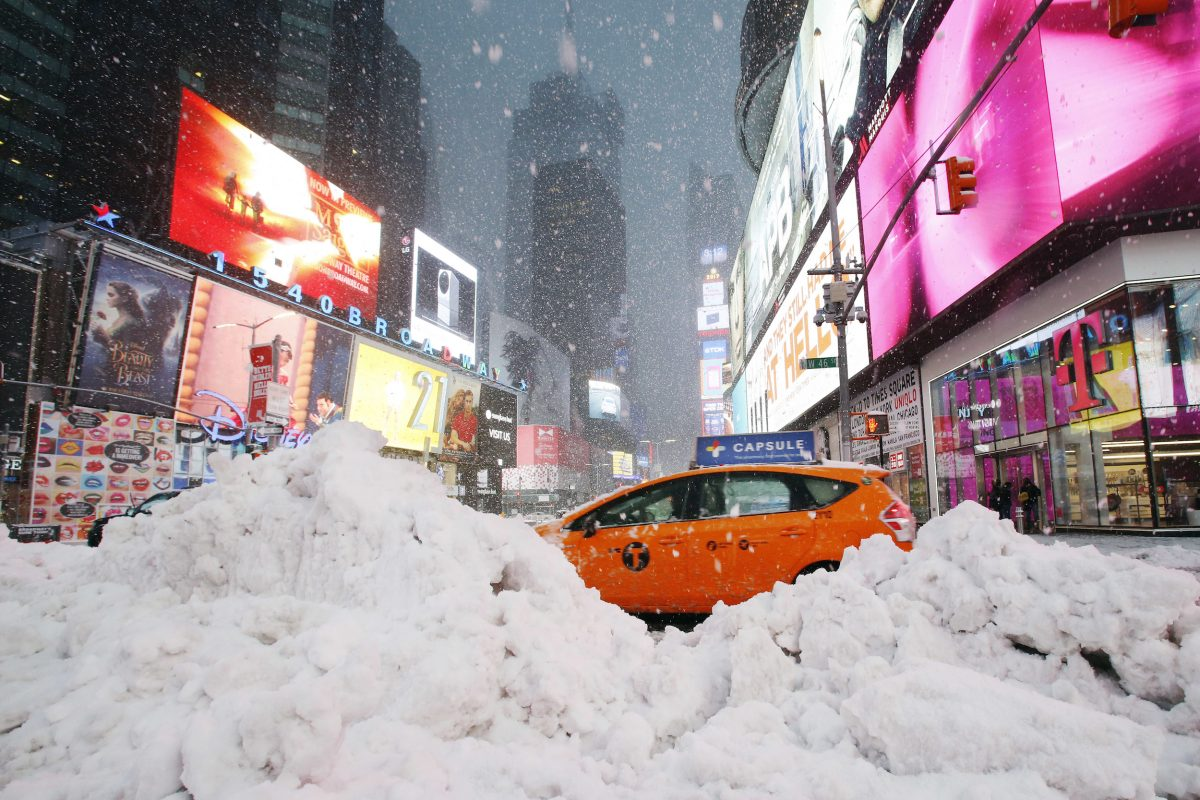 © Copyright 2017 The Associated Press. All rights reserved.. Imagen Por: Un taxi recorre Times Square en Nueva York, entre la nieve que ha dejado la tormenta Stella. / Foto: AP