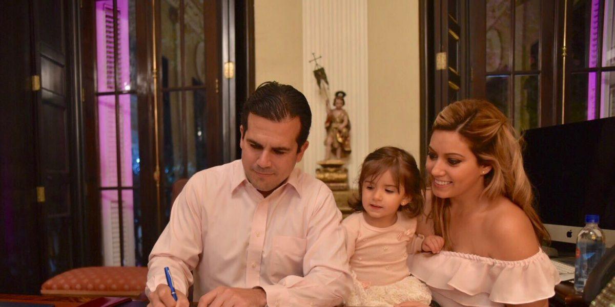 Gobernador firma orden para comunidades de escasos recursos