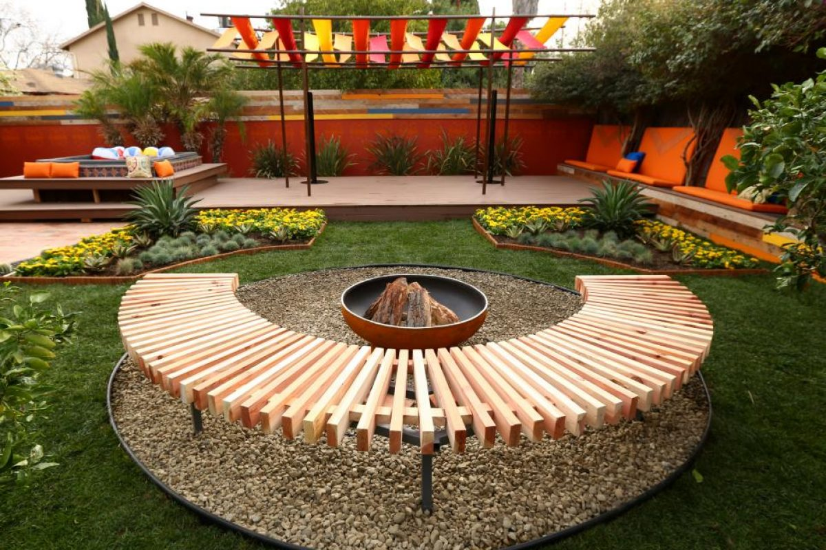 BP-DHMY202_Backyard-makeover-after-fire-pit_h.jpg.rend_.hgtvcom.966.725