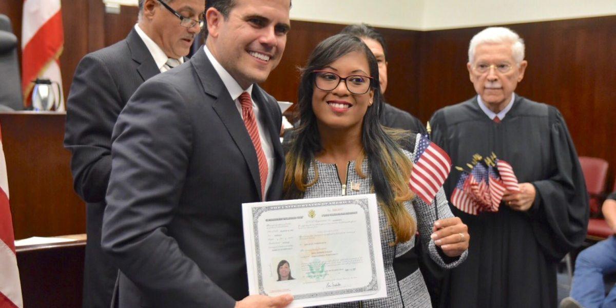 Gobernador participa en ceremonia de juramentación de nuevos ciudadanos estadounidenses