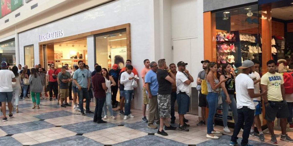 Larga fila en tienda de Plaza para conseguir gorra de P.R.