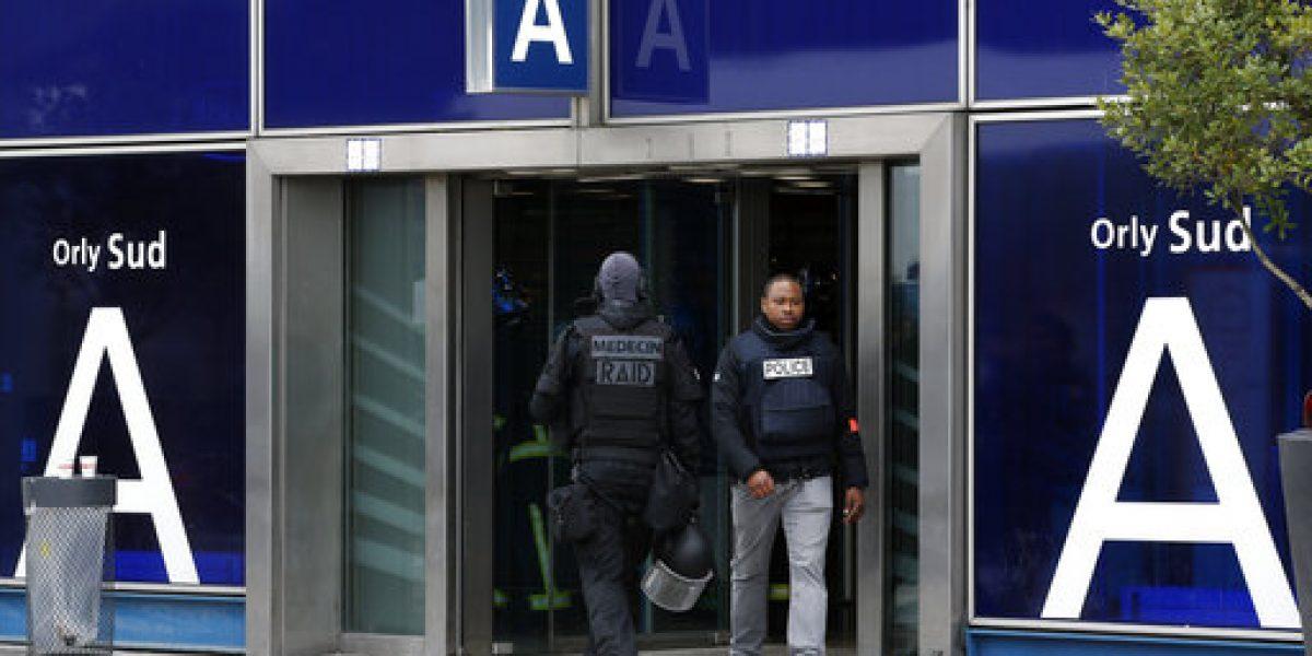 Presidente de Francia elogia a soldados tras tiroteo en aeropuerto de París